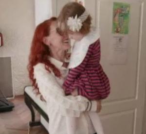 Bridget, nata da utero in affitto e abbandonata perché